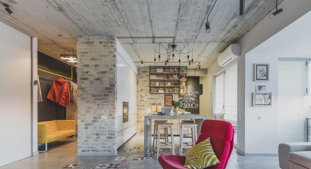 Amenajare de apartament in stil industrial cu o atmosfera urbana actuala, asocieri inedite de finisaje si decor artistic original.